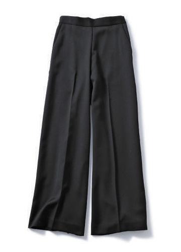 黒のワイドパンツ