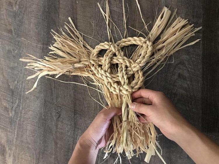 もう一束の藁を使い、先端を包み込む