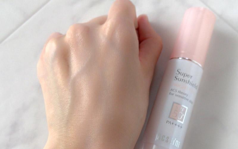 くすみや色むらを補正し明るい肌に仕上げ