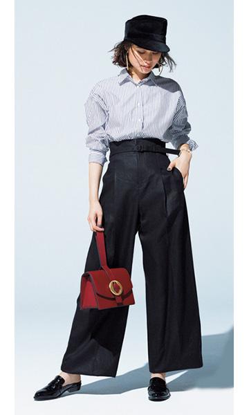 黒キャスケット×ブルーストライプシャツ×黒ワイドパンツ