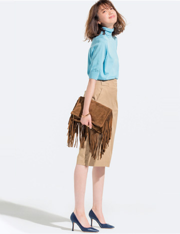 水色ニット×ベージュタイトスカート