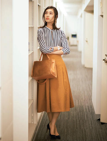 ベージュフレアスカート×ストライプシャツ