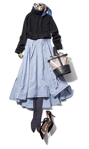 黒トップス×サックスブルーフレアスカート