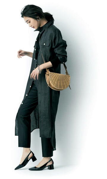 黒ロングシャツワンピース×黒パンツ