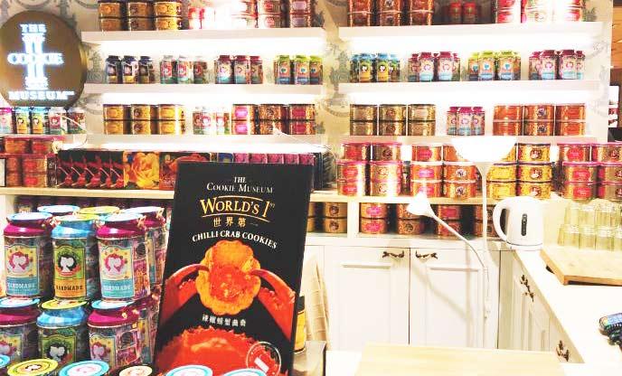 店頭に並ぶクッキー缶