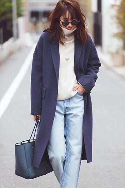 白セーター×ダークパープルチェスターコート