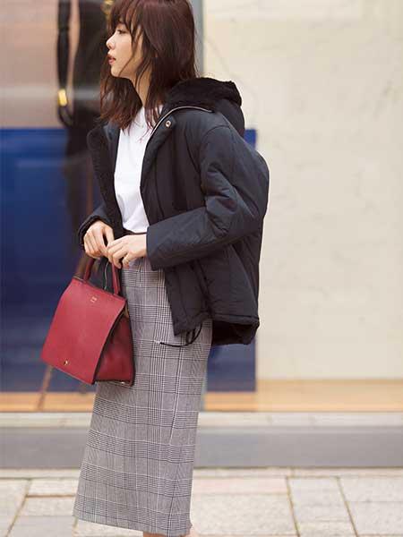 黒ダウンジャケット×ブレーチェックタイトスカート