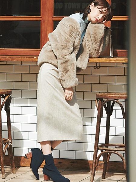 【1】ベージュタイトスカート×ストレッチブーツの美脚コーデ
