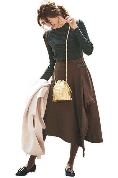 ブラウンラップスカート×黒ニット×ベルベッド靴