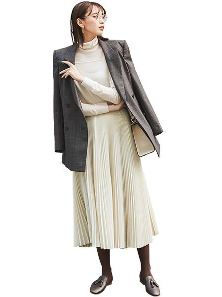 白タートルネックニット×ブラウンジャケット×白プリーツスカート