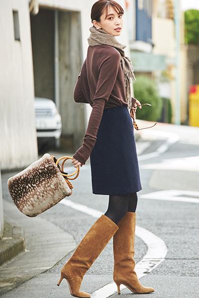 こげ茶セーター×濃紺ミニスカート