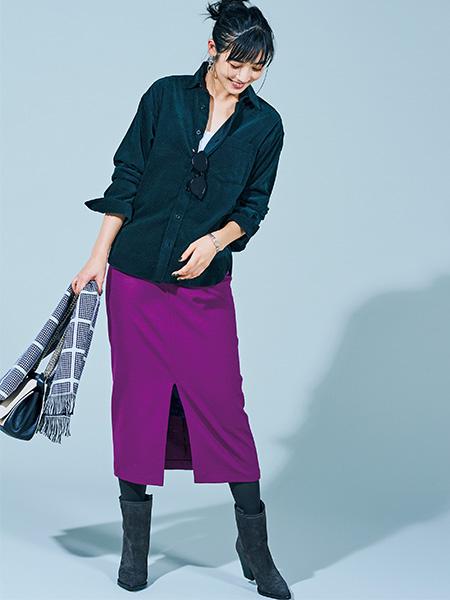 縦ラインを強調するタイトスカートで、コーデュロイシャツをシャープに導く
