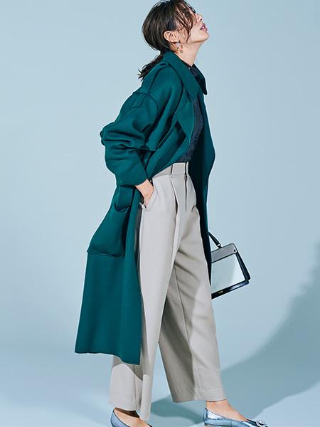 ラフにはおったガウン風のコートが女っぽさを程よく調整