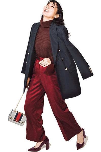 赤みブラウンタートル×赤パンツをネイビージャケットで引き締め