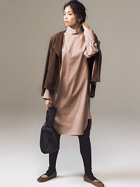 ブラウンスエードのバレエシューズで、服の色と素材をリフレイン