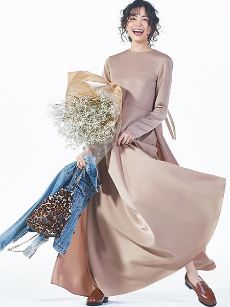 ドラマティックなドレスは、ローファーで自分に引き寄せて