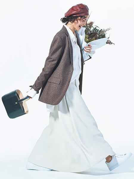【1】白シャツ×白ロングフレアスカート×ジャケットコーデ