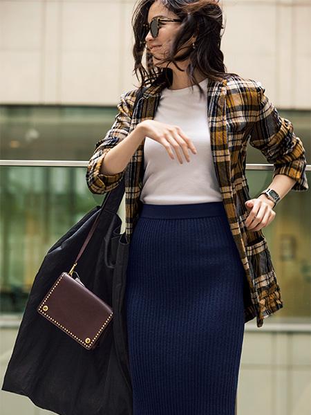 【3】ネイビーニットタイトスカート×チェックジャケット