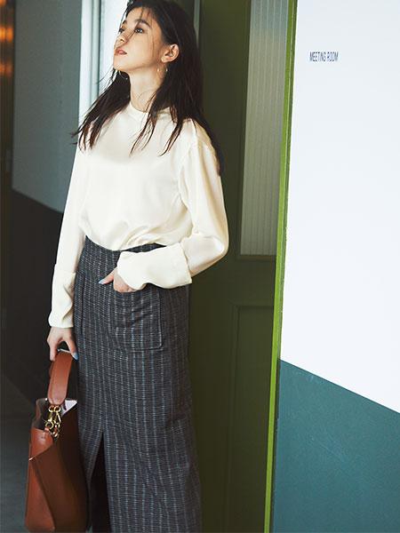 【1】グレータイトスカート×白ブラウス