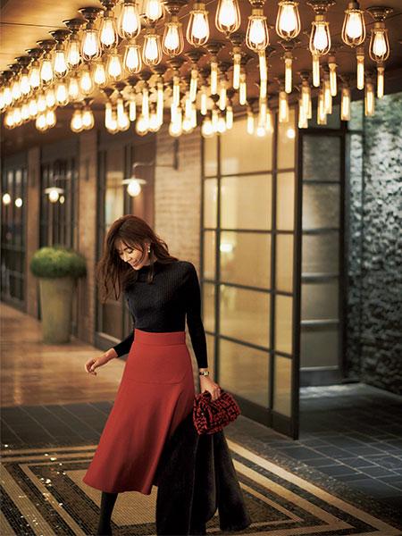 鮮やかな朱赤のスカートで、お祝いの席を盛り上げる。存在感を放つ装い