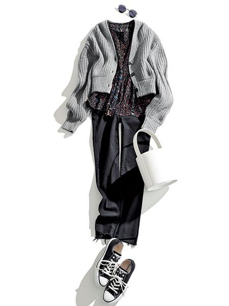 【2】黒スニーカー×黒パンツ×グレーカーディガン×花柄ブラウス