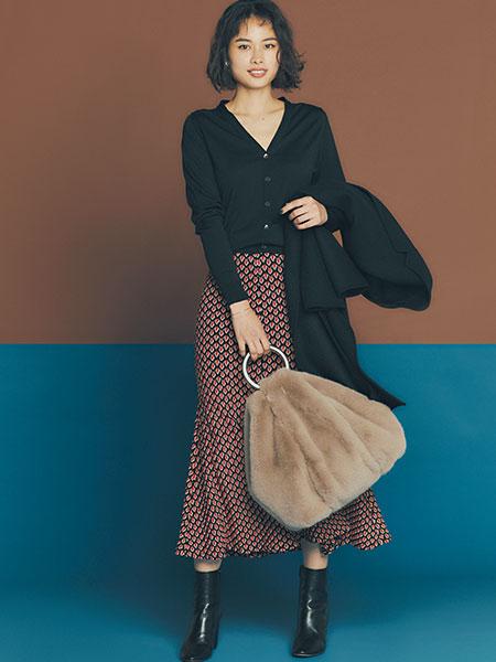 【2】黒カーディガン×赤マーメイドスカート