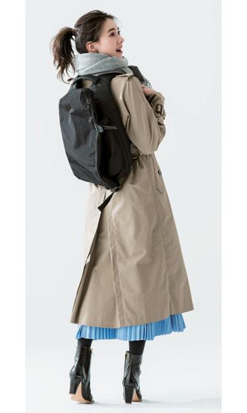 黒リュック×トレンチコート×水色スカート