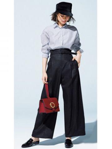 黒ワイドパンツ×ストライプシャツ