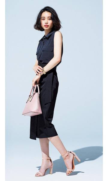 黒タイトスカート×黒ノースリーブシャツ