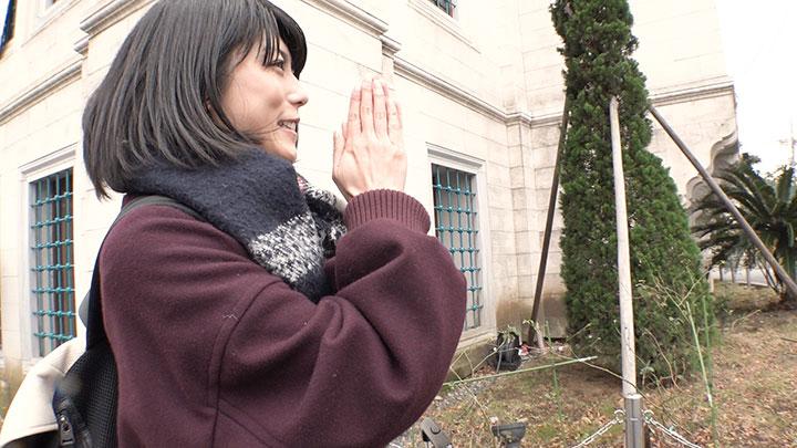 再現ドラマ女優・芳野友美さん 富士山に向かって拝む