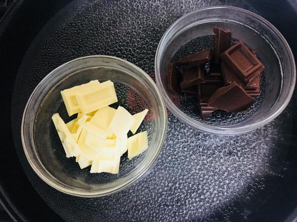 チョコレートは耐熱容器に入れ湯煎して溶かす