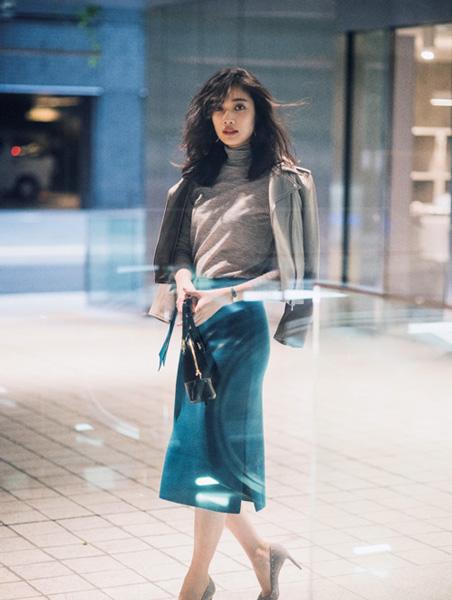 きれい色スカート×グレージュのライダース