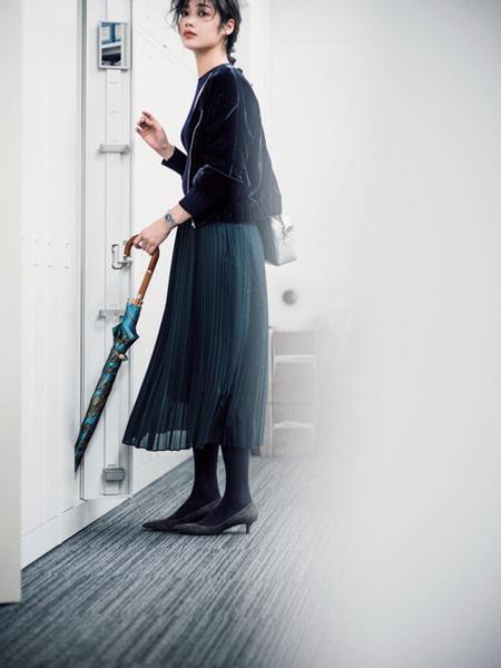 グリーンマキシプリーツスカート×黒トップス