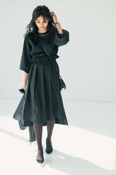 黒ブラウス×黒フレアスカート