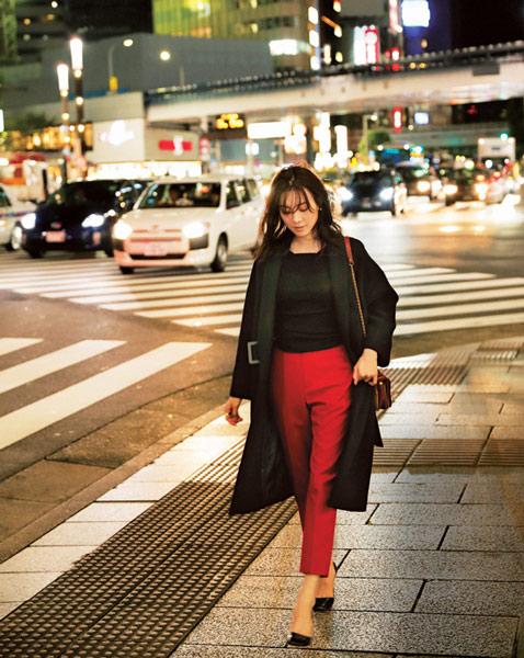 黒チェスターコート×赤パンツ