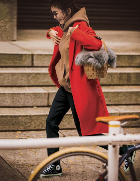 ブラウンパーカ×黒パンツ×赤コート