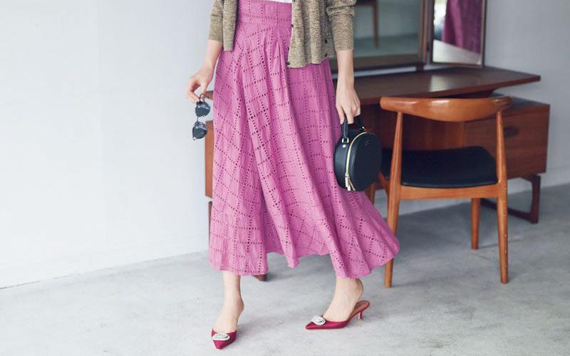 ピンクマキシスカート×白Tシャツ×ベージュカーディガン