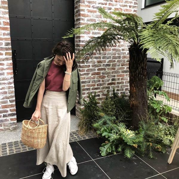ベージュマキシスカート×ピンクTシャツ×カーキシャツ