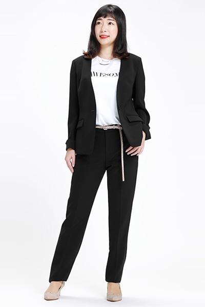 黒パンツスーツ×ロゴTシャツ
