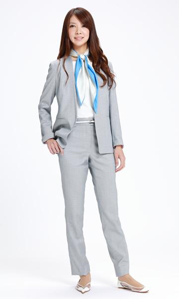 ブルーグレーのパンツスーツ×華やかスカーフ