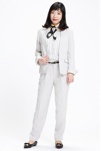 淡色パンツスーツ×モノトーンのストライプ柄インナー