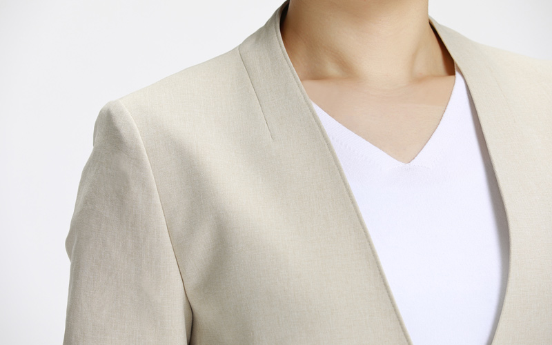 インディヴィ ベージュパンツスーツ Vネックラインの細いステッチ