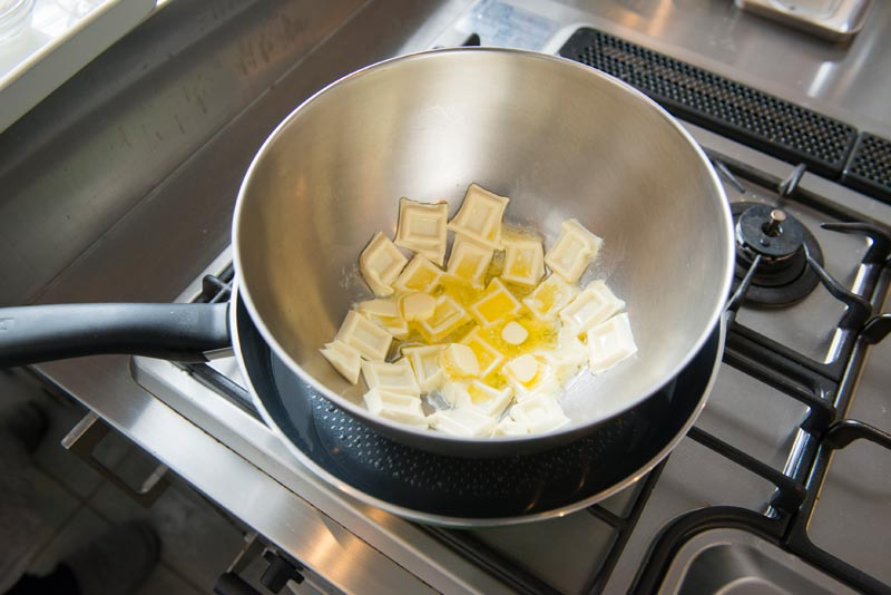 チョコレートとバターを湯煎にかけて溶かす