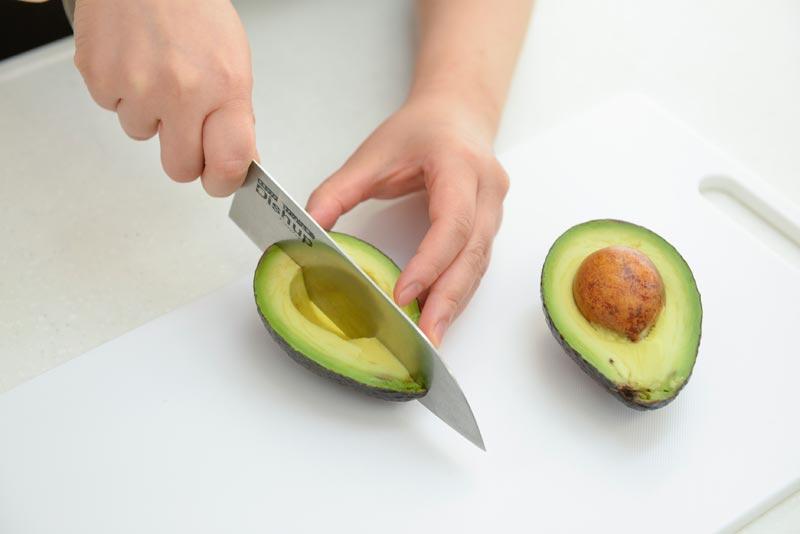 食材を適当な大きさに切る