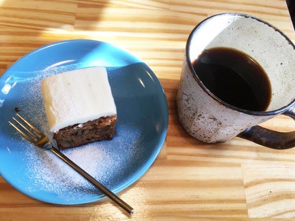 キャロットケーキ、ホットコーヒー