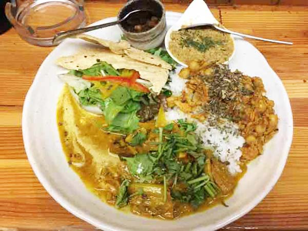 カレープレート(チキンとキャベツ、鮭と3種の豆のキーマ、豚なんこつのマサラパテ)