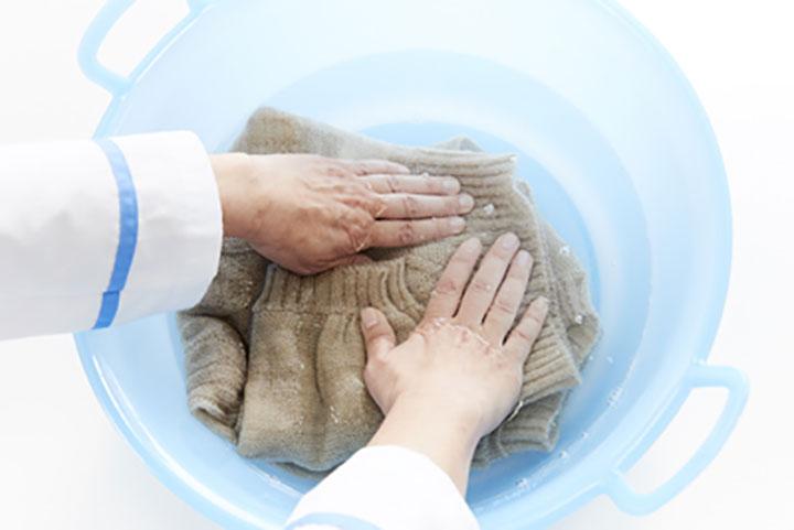 洗剤液にニットを入れてやさしく「押し洗い」