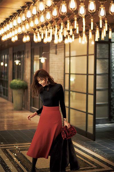 赤フレアスカート×ネイビーニット