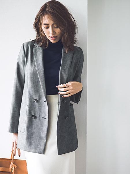 【4】グレージャケット×黒ニット×白タイトスカート