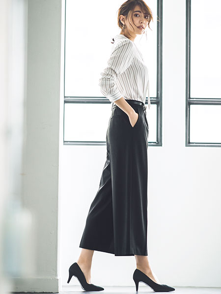 【5】ストライプシャツ×黒ワイドパンツ